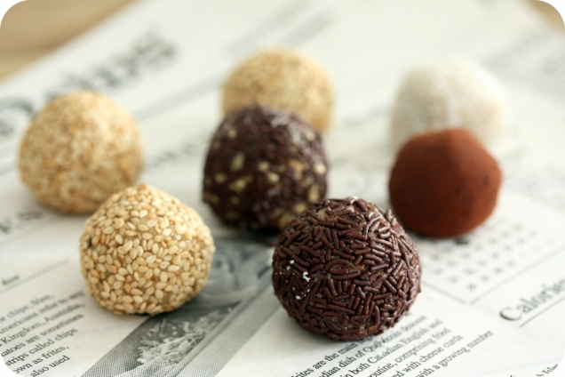 energy-balls-cajou-datte-sesame-chocolat-the-sporty-family